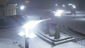 Снег падает ноча улицы видеоматериал