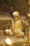 Снег падая на ночу на статуе Будды захватывает присутсвие в снежинке Стоковые Изображения