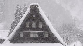 Снег падая на дом, в Toyama, Япония сток-видео