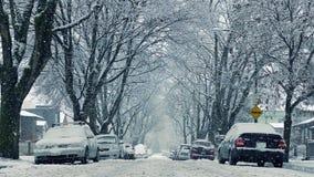 Снег падая на дорогу домами двигая съемку акции видеоматериалы