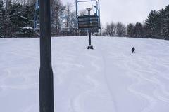 Снег персоны катаясь на лыжах глубокий стоковые изображения