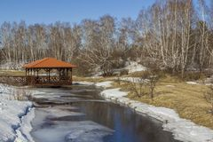 r снег плавит в лесе и река таяно Ландшафт весны леса Беседка рекой в лесе стоковое изображение rf
