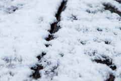 Снег плавя на деревянном столе - близкое поднимающем вверх - короткий фокус стоковое фото rf