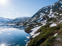 Снег плавя озером горы Стоковая Фотография RF