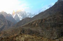 Снег покрыл горы в долине Hunza на восходе солнца gilgit-Baltistan Пакистане Стоковое фото RF