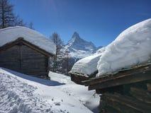 Снег покрыл коттеджи перед горой Маттерхорна стоковые изображения