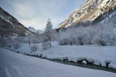 Снег покрыл ландшафт на ноге Маттерхорна, потока t стоковая фотография