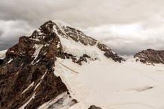 Снег покрыл пик Monch в Bernease Альпах, Швейцарии Стоковые Фотографии RF