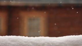 Снег покрыл поверхность для размещения продукта Запачканная деревянная стена дома с окном на предпосылке Сильный снегопад дальше акции видеоматериалы