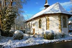 Снег покрыл старую протестантскую церковь в Lyss, Швейцарии стоковая фотография rf