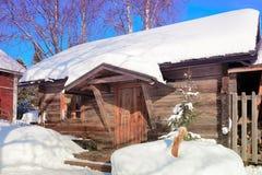 Снег покрыл старый типичный дом в зиме Rovaniemi стоковые изображения rf