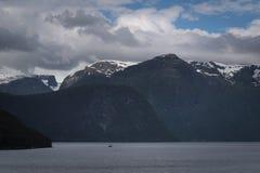Снег-покрытые горные пики фьорда Стоковые Фото