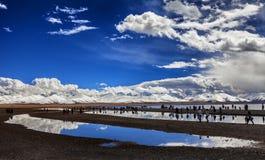 Снег-покрытые горы и озера Стоковые Изображения RF