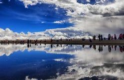 Снег-покрытые горы и озера Стоковое Изображение RF