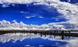 Снег-покрытые горы и озера Стоковая Фотография