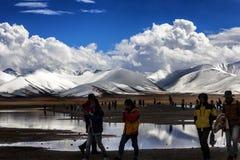 Снег-покрытые горы и озера Стоковое фото RF