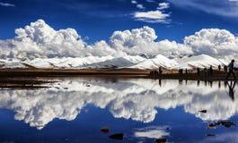 Снег-покрытые горы и озера Стоковое Изображение