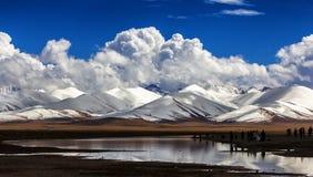 Снег-покрытые горы и озера Стоковые Фото