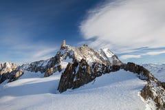 Снег-покрытые пики гор в ясной погоде стоковое изображение