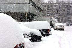 Снег покрыл автомобили в городе Стоковые Фотографии RF