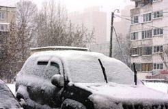 Снег покрыл автомобили в городе Стоковые Изображения