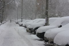 Снег покрыл автомобили в городе стоковые изображения rf