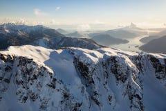 Снег покрыл антенну горы верхнюю стоковая фотография rf