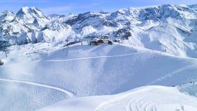 Снег покрыл горные пики, лыжу, наклоны сноуборда стоковые изображения rf