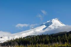 Снег покрыл клобук Mt с облаком Стоковая Фотография