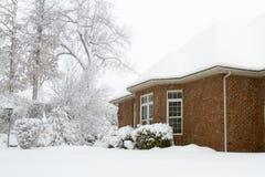 Снег покрыл дом Colonial кирпича стоковое изображение rf