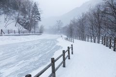 Снег приходя вниз на дорогу в национальном парке Daisetsuzan, Hokka Стоковое Фото