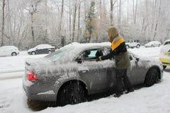 Снег расчистки от автомобиля Стоковое фото RF
