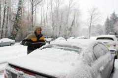 Снег расчистки от автомобиля Стоковая Фотография
