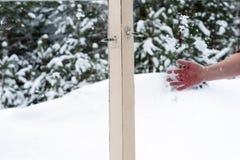 Снег руки бросая в деревянных окнах Стоковые Фото