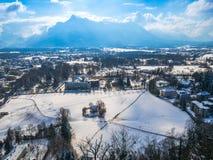 Снег сезона зимы голубого неба Зальцбурга Австрии ландшафта городского пейзажа Стоковое Фото