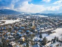 Снег сезона зимы голубого неба Зальцбурга Австрии ландшафта городского пейзажа Стоковые Изображения RF