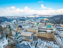Снег сезона зимы голубого неба Зальцбурга Австрии ландшафта городского пейзажа Стоковое Изображение