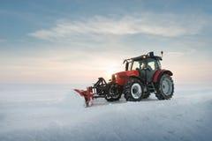 Снег чистки трактора Стоковая Фотография RF