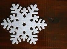 Снежинка войлока на деревянной предпосылке Стоковые Фотографии RF