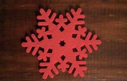 Снежинка войлока на деревянной предпосылке Стоковое Изображение