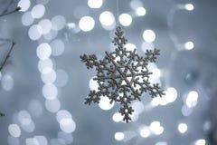 Снежинка игрушки на предпосылке bokeh Стоковое Фото