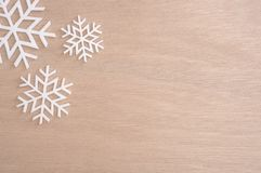 Снежинка на с Рождеством Христовым и счастливый Новый Год на таблице Стоковая Фотография