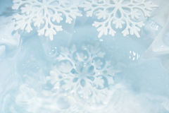 Снежинка плавит в предпосылке макроса воды Стоковое фото RF