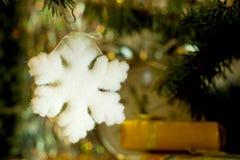 снежинка рождества предпосылки изолированная концом вверх по белизне Стоковые Фотографии RF