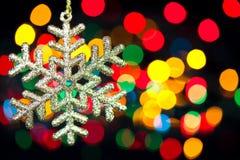 Снежинка украшения рождества на defocused предпосылке светов Стоковое Изображение RF