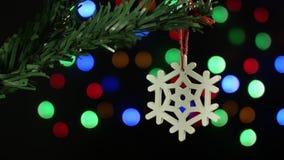Снежинка украшения рождественской елки на предпосылке сверкная запачканных светов сток-видео