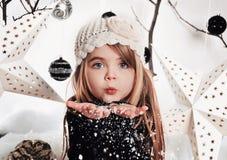 Снежинки белого рождества девушки дуя в студии стоковые изображения rf