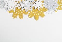 Снежинки золотых, серебряных и белой бумаги на белой предпосылке Новый Год, концепция рождества Стоковые Изображения