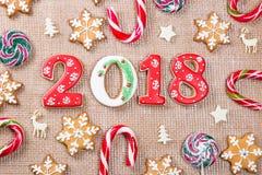 Снежинки и 2018 печений пряника рождества на предпосылке мешковины Стоковое фото RF