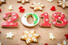 Снежинки и 2018 печений пряника рождества на предпосылке мешковины Стоковая Фотография RF